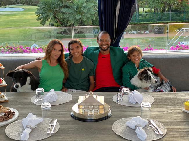 伍兹居家摆大师赛冠军晚宴 享受与家人美好时光