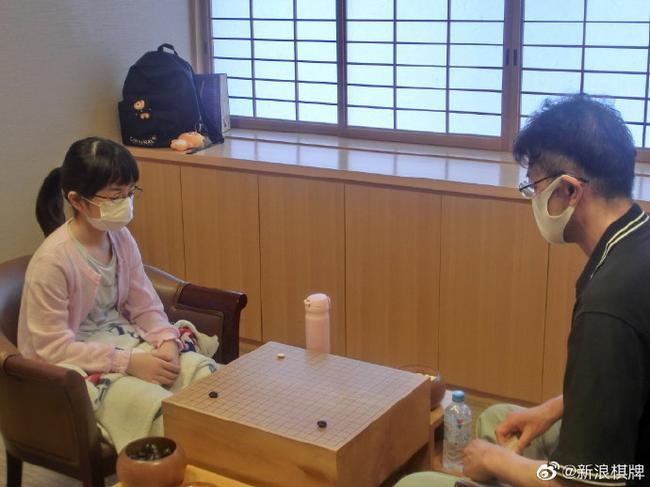 日本王座战预选赛 11岁萌娃仲邑菫战胜54岁老将