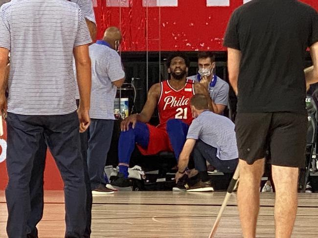 西蒙斯刚报销恩比德又伤了!脚踝扭伤退出比赛