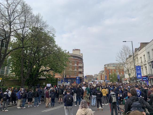 斯坦福桥外大批切尔西球迷抗议 切赫出面安抚