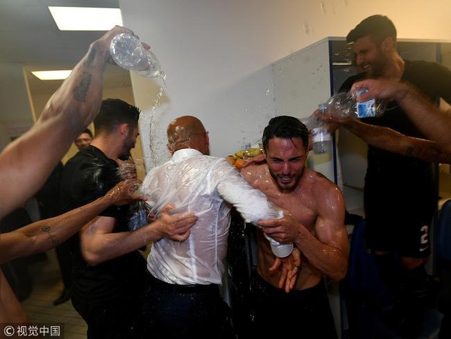 重返欧冠 国米赛后疯狂庆祝 不顾湿身脱衣怒吼|图