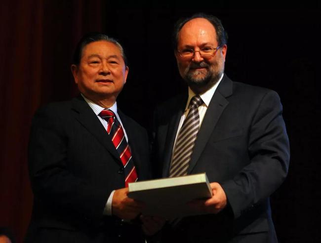 2010年,沙拉拉代表国际乒联授予徐寅生终身名誉主席的称号