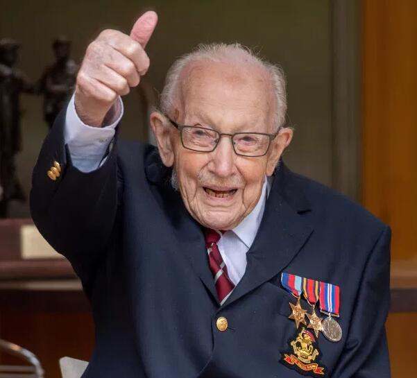 英国著名抗疫老兵去世 享年百岁 贝克汉姆致敬