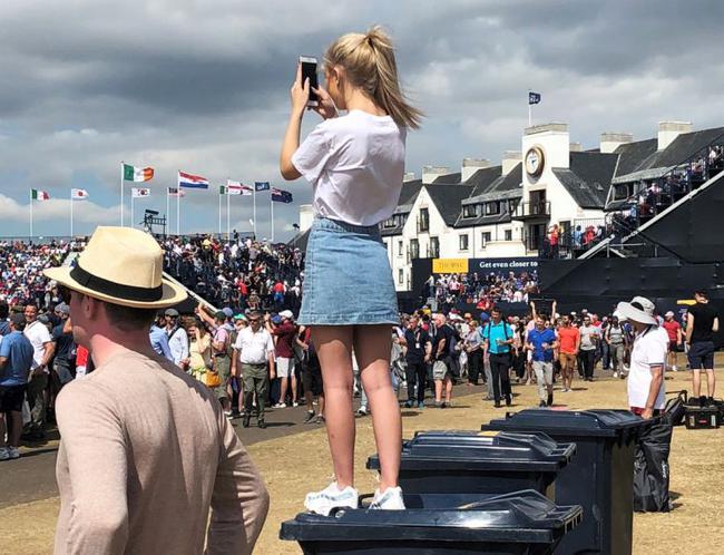 站在垃圾桶上面的女孩