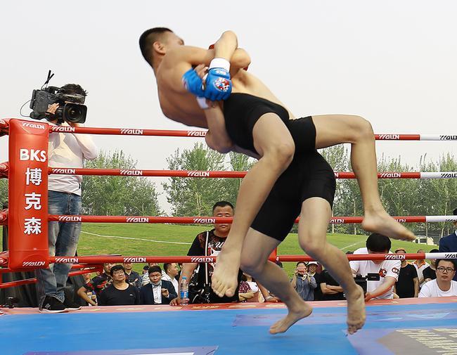 俄罗斯格斗之夜中国选手选拔赛 张财宝54秒飞膝KO
