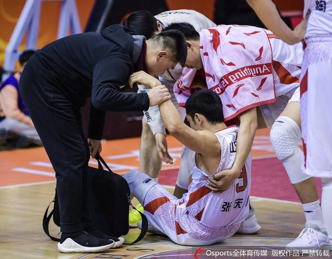 张庆鹏在窗口期前的比赛中受伤