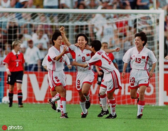 创中国足坛最高个人荣誉 她被封穿裙子的马拉多纳