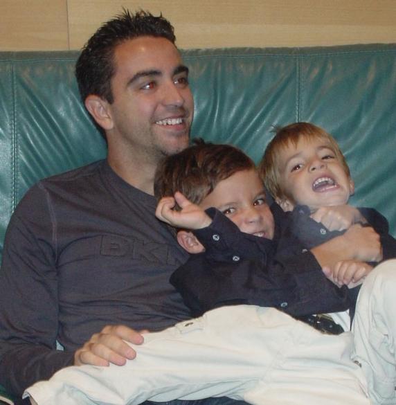 2003年,哈维和4岁的普伊赫,以及普伊赫的弟弟合影