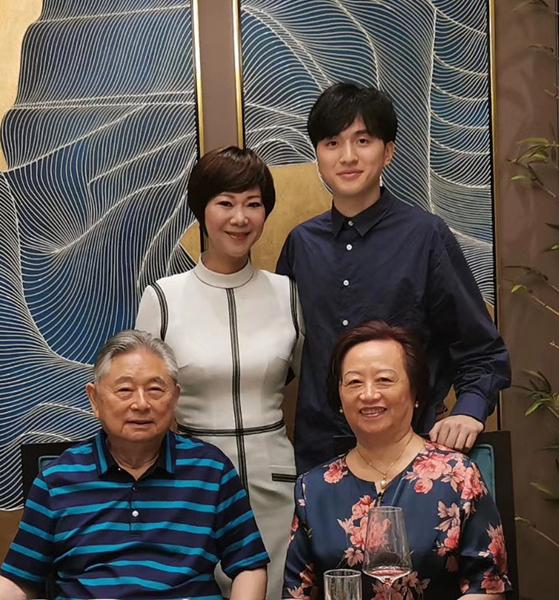 曹燕華和兒子同徐寅生夫婦 受訪人供圖