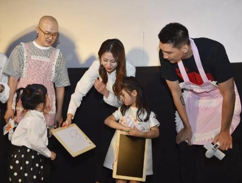 孙悦携妻女到孤儿院做公益 坦言女儿爱编故事