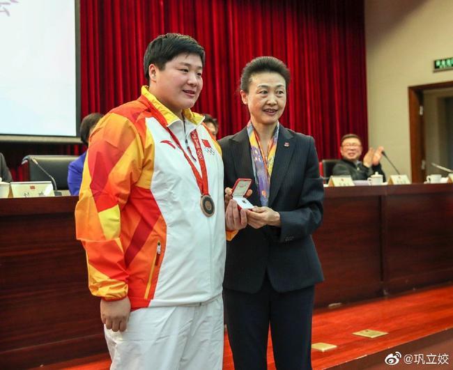 巩立姣拿到了属于自己的北京奥运铜牌