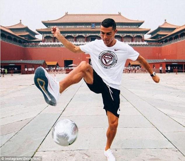 C罗在北京故宫门前花式颠球:我很兴奋回到中国!