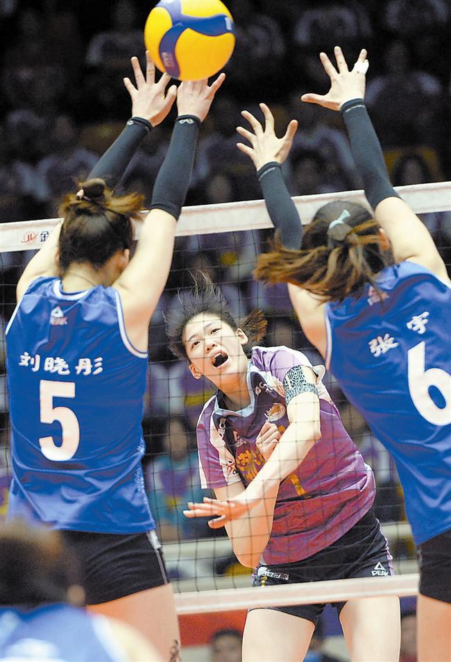 上图  李盈莹(中)面对北京队高拦网扣球。  本报记者  宁柯摄