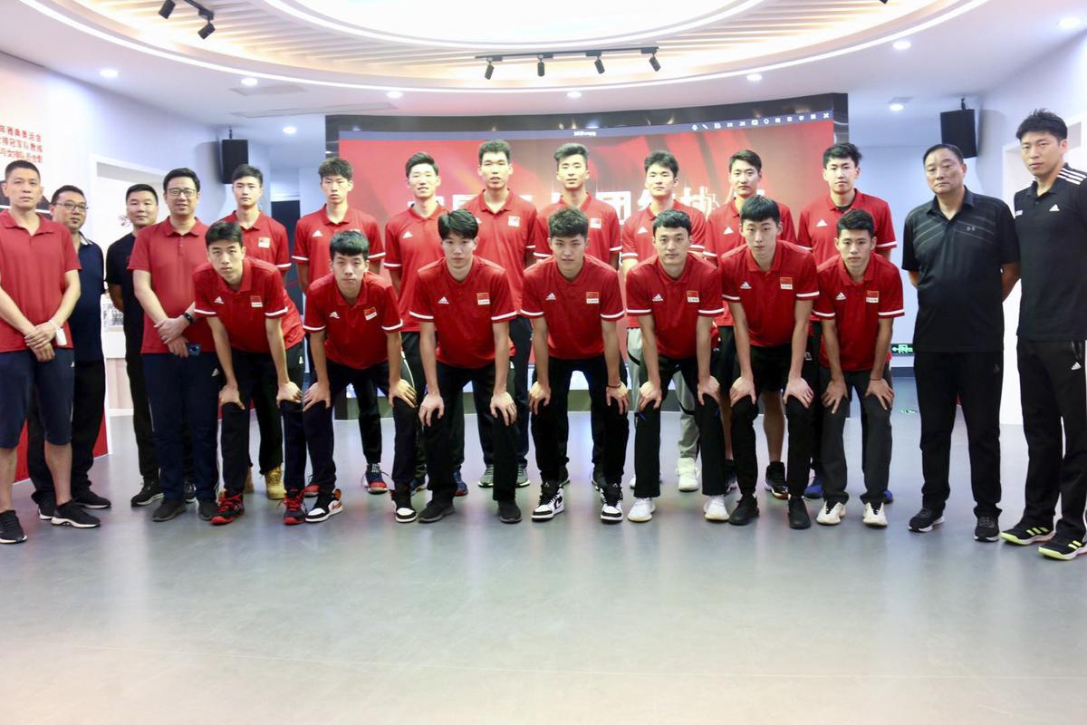 中国男排组队首日参观女排纪念馆