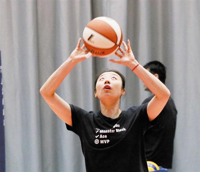 巧用篮球增强手指手腕力量 姚迪陈馨彤苦练传球