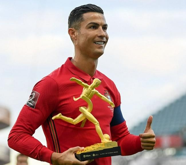 【博狗体育】C罗迟来的奖项 赛前领取欧洲杯最佳射手奖