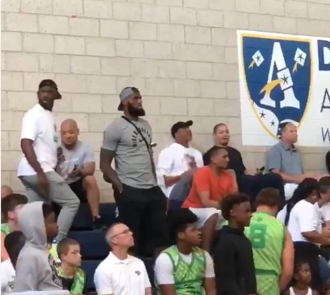 【影片】陪伴兒子成長!詹姆斯攜保羅觀看大兒子打比賽  旁邊還有個盧教練!