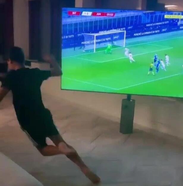 C罗大儿子疯狂庆祝父亲进球 在屋内跃起狂奔