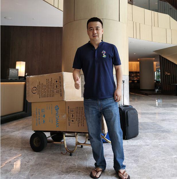 乔氏台球总裁乔冰在越南采购口罩