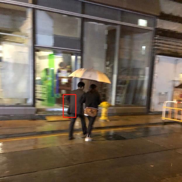 有網友在香港街頭偶遇郭晶晶霍啓剛夫妻