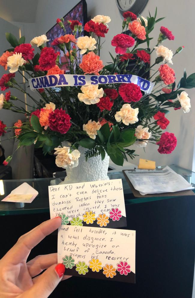 球迷向杜兰特道歉 还送来了一束花