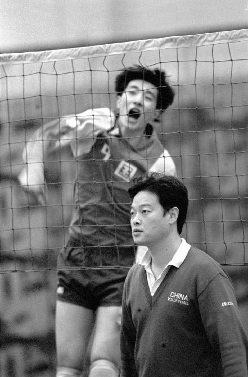 1994hg0088.com3月,沈富麟(下)请示中国男列队员训练。