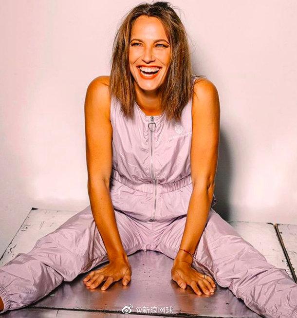 斯特里科娃晒开怀大笑写真 一袭紫衣与赛场大不同