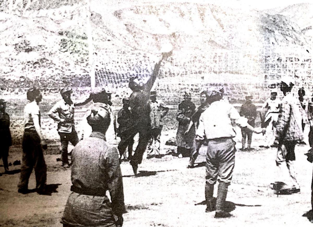 延安宝塔下朱德总司令与战士们一起打排球
