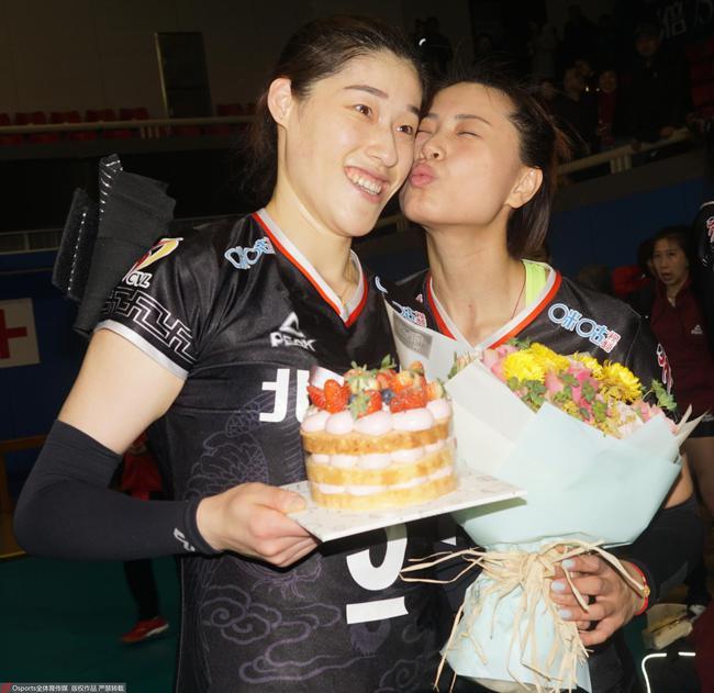 女排半决赛期间,刘晓彤庆祝29岁生日,好姐妹曾春蕾(右)送热吻。 图/Osports