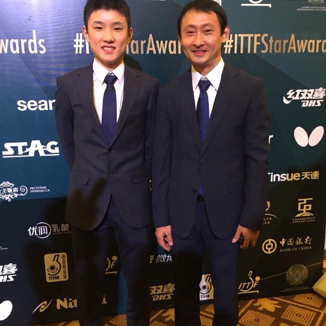 2017国际乒联球星盛典,被挑名年度最佳教练的张宇与儿子