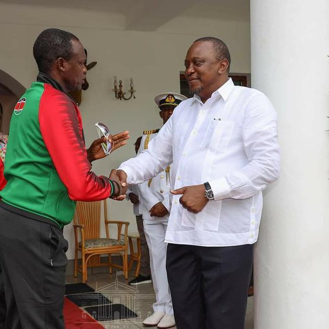 马拉松成功跑进2小时 基普乔格受肯尼亚总统接见