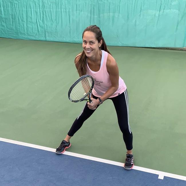伊万诺维奇重回网球场 与丈夫享受打球欢乐时光