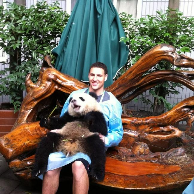 克雷IG晒旧照片 九年前来中国与熊猫合影