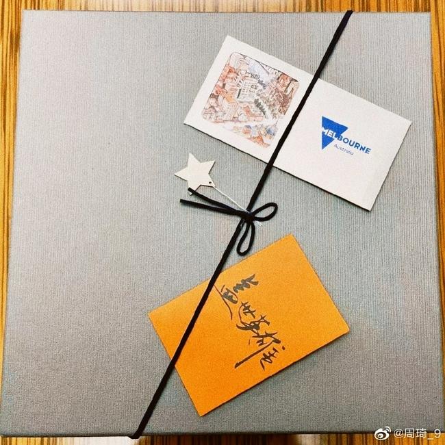 周琦感谢NBL联赛主席赠送礼物:新东家球衣礼盒