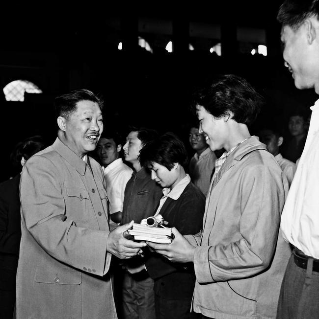 """1964年,国家体委主任贺龙为""""五好运动员""""郑凤荣颁奖。图/中国体育"""