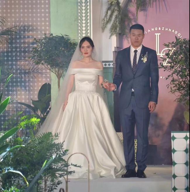 李昂与爱妻迈入婚姻殿堂 曾为国足集训队推迟婚礼