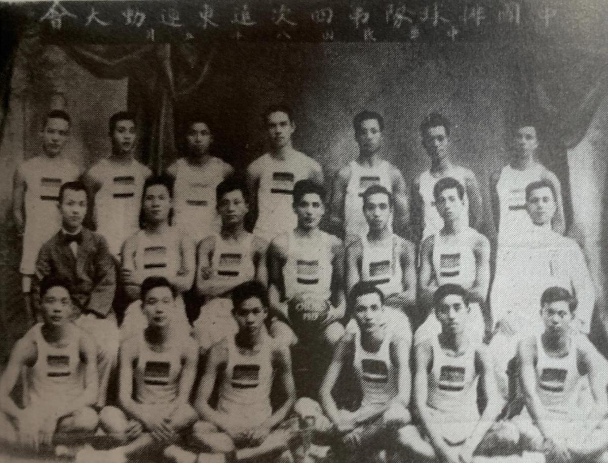 参加第四届远东运动会的中国男子排球队
