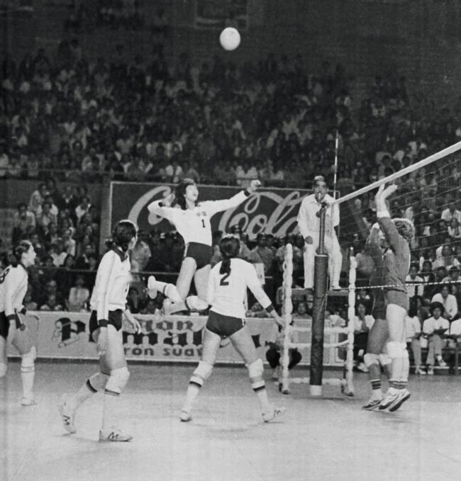 1982年女排世锦赛,中国队夺冠。图为郎平4号位扣球。图/中国体育