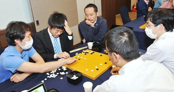 2015年韩国Mers疫情之下,日本棋手在LG杯16强佩戴口罩进行对局和复盘