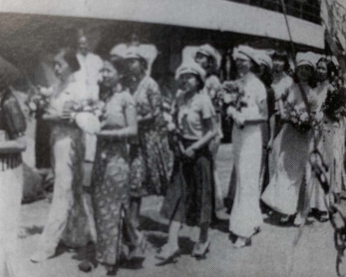 女排参加第十届远东运动会赴菲律下船时情景