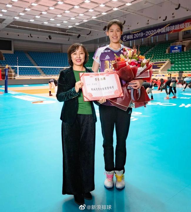 齐齐哈尔市妇女联合会主席王宏镝和国家女排运动员李盈莹