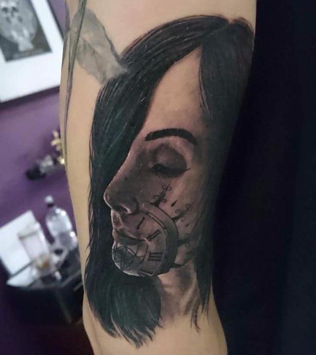 斯通斯把米莉的头像纹在了手臂上