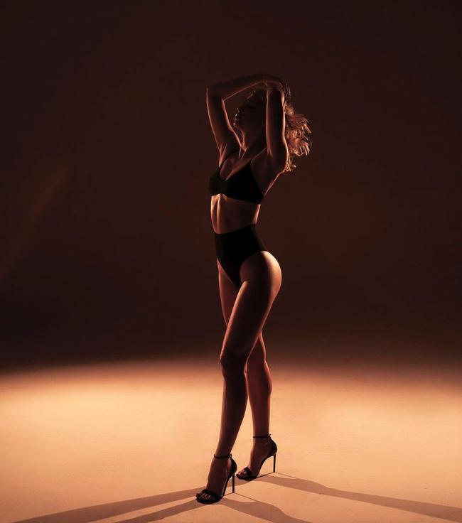 俄罗斯花游名将秀玲珑曲线 分享半裸照为自己庆生