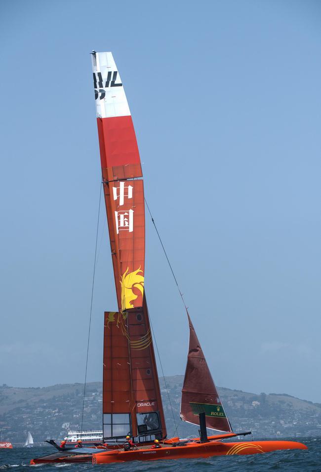 翼帆后缘上端在富强的冲击力下扭弯成S型