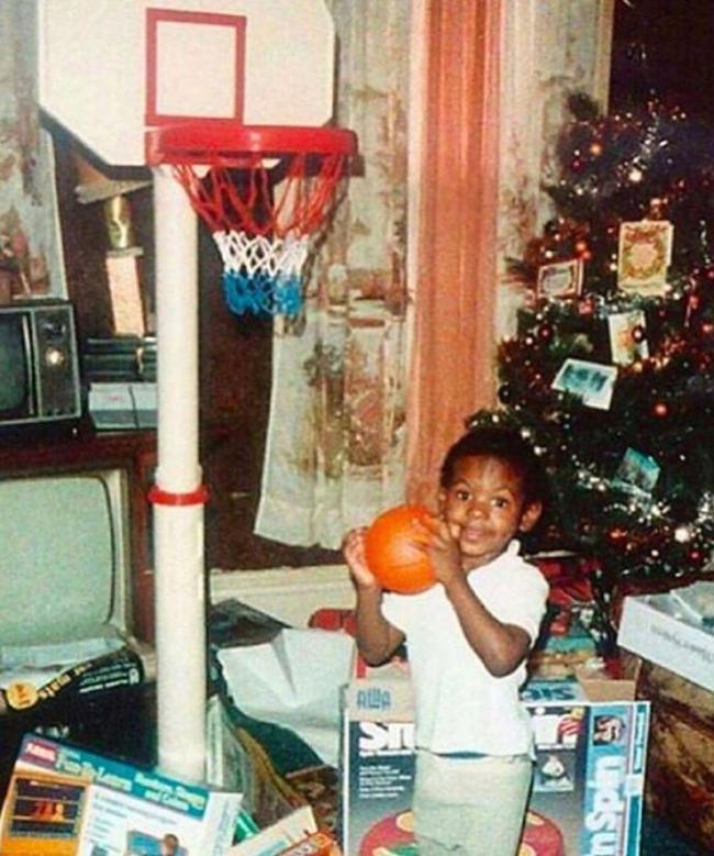 詹姆斯晒童年圣诞照:我从小就开始打圣诞大战!