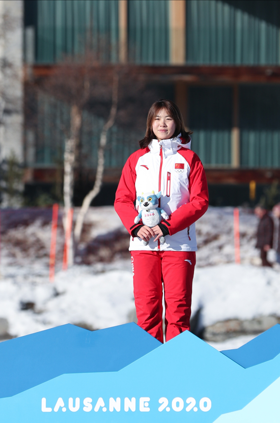 1月12日,中国选手王晶漪在吉祥物颁发仪式上