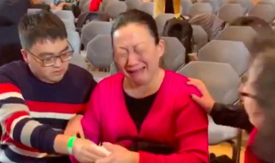 孙杨母亲还原尿检经过 哭诉:他