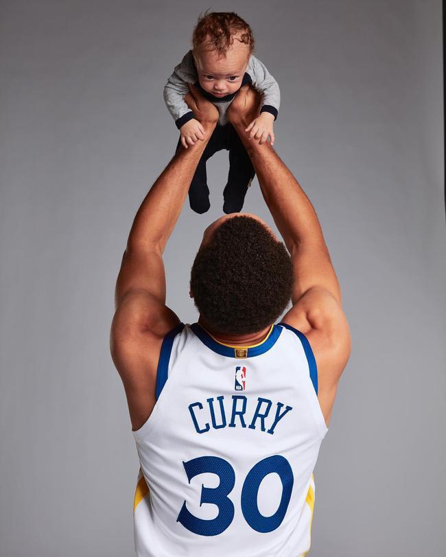 库里晒小儿子照片自嘲 科比詹姆斯听了想打他