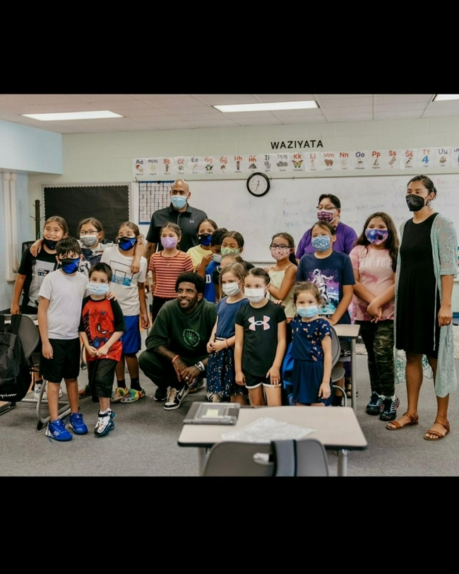 欧文此前不带口罩去学校参观 引发家长们吐槽