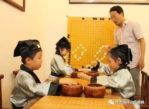 正在下围棋的孩子
